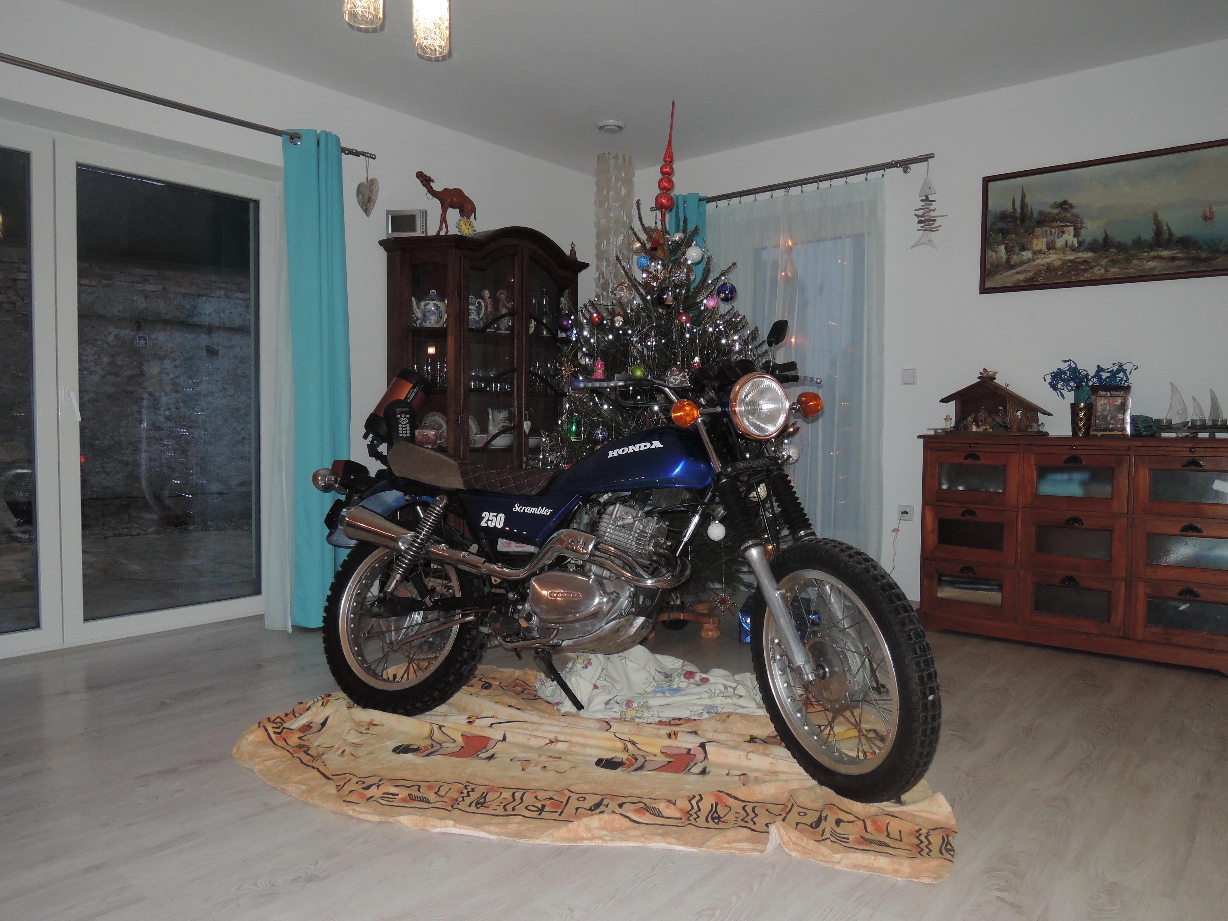 Honda Scrambler 250 pod vánočním stromkem