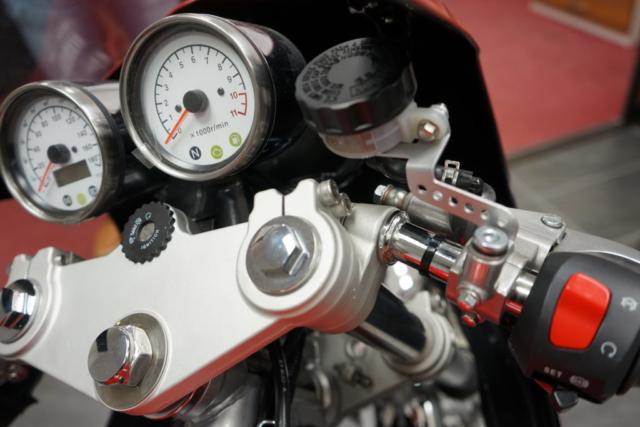 Jawa 350 OHC Special - Boční pohled na budíky a horní brýle