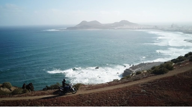 Honda Africa Twin na útesu v Las Palmas