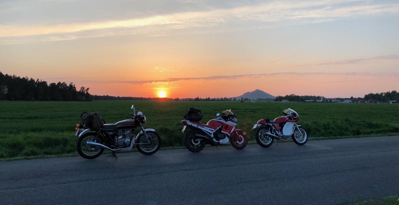 Retro motorky a západ slunce