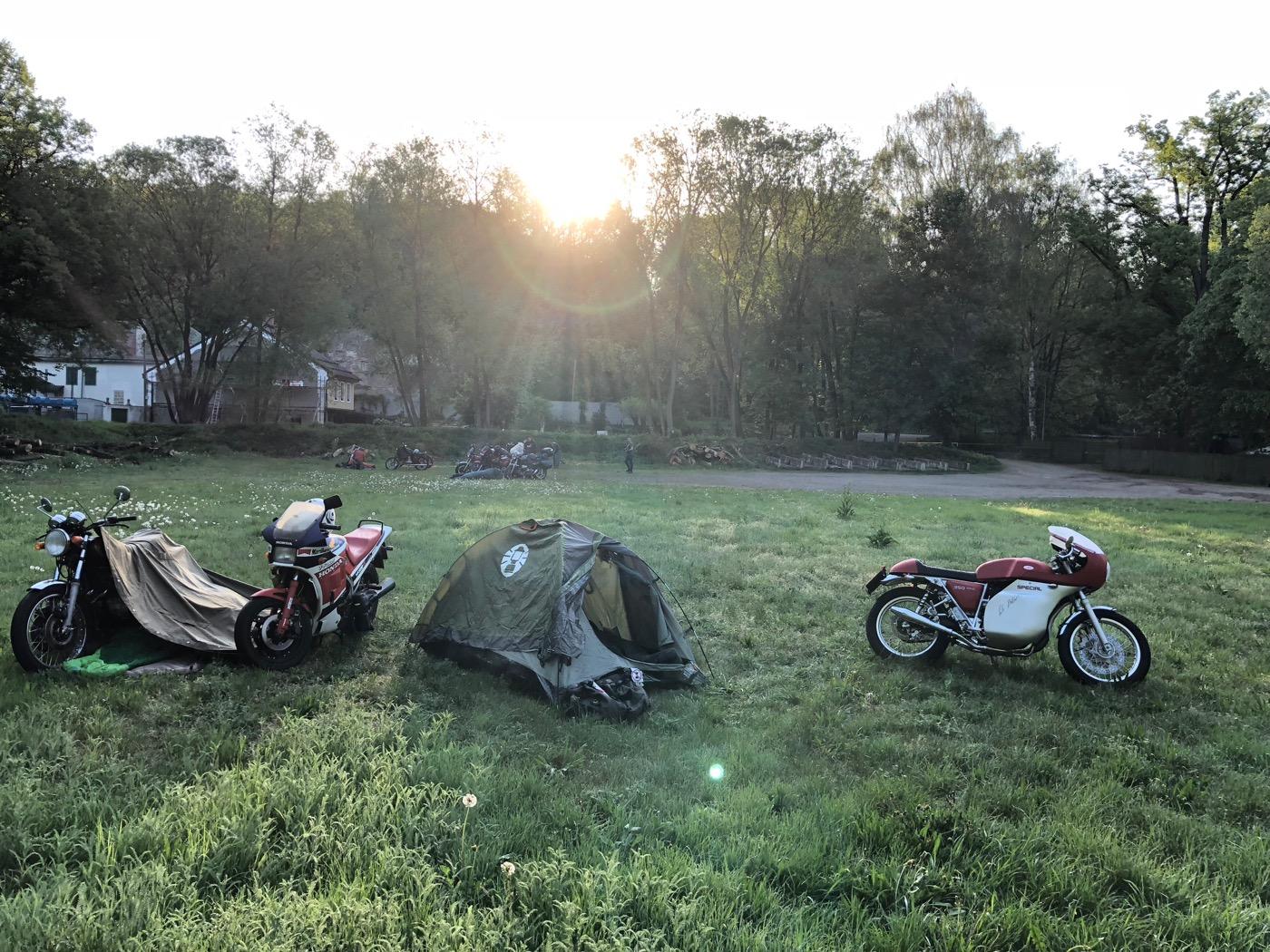 Táboření s retro motorkama